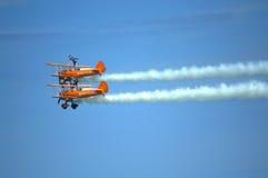 Acrobazie aeree spettacolari dell'antenna di Wingwalkers immagini stock libere da diritti