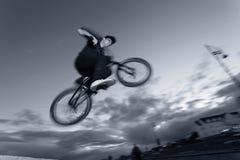Acrobazie di BMX alla via Fotografia Stock Libera da Diritti