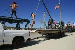 Acrobazie, scheletri e bandiere del temerario; Tutta la parte di Mardi Gras Parade scalzo Fotografia Stock