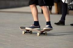 Acrobazie su un pattino nel giorno soleggiato della via Immagini Stock