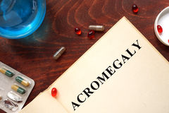 Acromegaly op boek met tabletten wordt geschreven die Stock Foto's