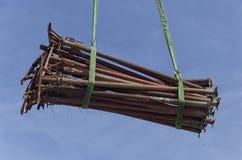 Acrow-Stützen bewegt innerhalb einer Baustelle Stockfotografie