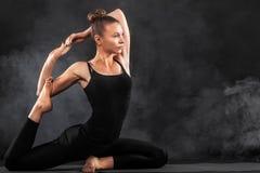 Acroyoga Junge Frau übendes acro Yoga auf Matte im Studio Hatha-Yoga Lizenzfreie Stockbilder