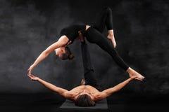 Acroyoga Junge Paare übendes acro Yoga auf Matte im Studio zusammen Paaryoga Partneryoga Schwarzweiss-Foto Pekings, China Stockfotos
