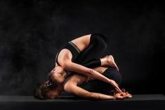 Acroyoga Junge Paare übendes acro Yoga auf Matte im Studio zusammen Paaryoga Partneryoga Schwarzweiss-Foto Pekings, China Lizenzfreie Stockbilder