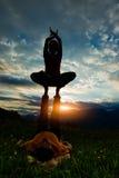 Acroyoga-Mädchen des Mannes in der romantischen Atmosphäre Lizenzfreies Stockbild