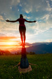Acroyoga-Mädchen des Mannes in der romantischen Atmosphäre Lizenzfreies Stockfoto