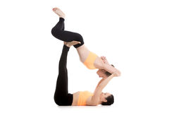 Acroyoga, pose encadernada de reclinação do ângulo Imagens de Stock Royalty Free