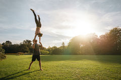 Acroyoga-Training im Park Stockfoto