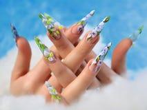Acrylblumen auf den Nägeln der Frauen lizenzfreie stockfotografie