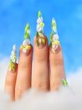 Acrylblumen auf den Nägeln der Frauen stockbild