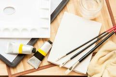 AcrylDraufsicht des malereiwerkzeugsatzes auf dem Tisch Lizenzfreie Stockfotos
