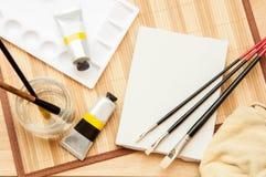 AcrylDraufsicht des malereiwerkzeugsatzes auf dem Tisch Stockfotos