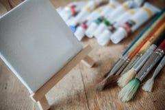 Acrylfarbe auf Holztischhintergrund Lizenzfreies Stockfoto