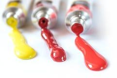 Acrylfarbe im Rohr auf weißem Hintergrund Stockfotos