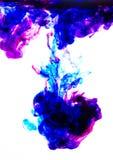 Acrylfarbe im Wasser auf weißem Hintergrund Lizenzfreie Stockfotografie