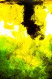 Acrylfarbe im Wasser auf weißem Hintergrund Stockbild