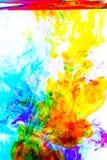 Acrylfarbe im Wasser auf weißem Hintergrund Lizenzfreie Stockfotos