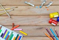 Acrylfarbe, Pastell und Bürste auf hölzernem Hintergrund Lizenzfreie Stockfotografie