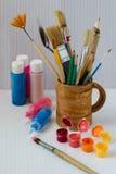 Acrylfarbe und Bürste Stockfotos