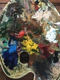 Acrylfarbe und Bürste Stockbild