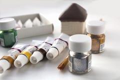 Acrylfarbe und Bürste für das Zeichnen Lizenzfreie Stockfotografie