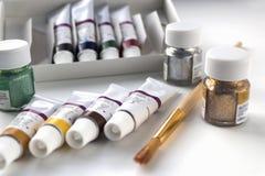 Acrylfarbe und Bürste für das Zeichnen Lizenzfreies Stockbild