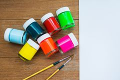 Acrylfarbe und Malerpinsel Stockfotos
