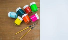 Acrylfarbe und Malerpinsel Lizenzfreie Stockfotografie