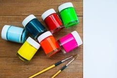 Acrylfarbe und Malerpinsel Stockbild