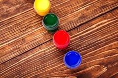 Acrylfarben in den Gläsern Lizenzfreies Stockfoto