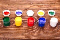 Acrylfarben in den Gläsern Stockfoto