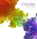 Acrylfarben im Wasser lokalisiert entziehen Sie Hintergrund Lizenzfreie Stockbilder