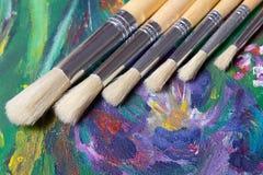Acrylfarben- und Künstlerpinselsatz Stockbild