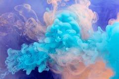 Acrylfarben und Tinte im Wasser Stockfoto