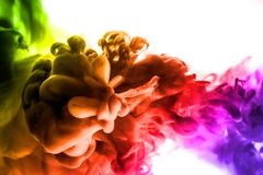 Acrylfarben und Tinte im Wasser Entziehen Sie Feldhintergrund Auf Weiß Stockfotografie