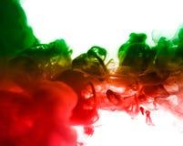 Acrylfarben und Tinte im Wasser Entziehen Sie Feldhintergrund Auf Weiß Stockbild