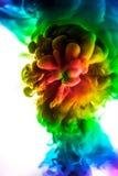 Acrylfarben und Tinte im Wasser Entziehen Sie Feldhintergrund Auf Weiß Lizenzfreies Stockfoto