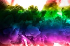 Acrylfarben und Tinte im Wasser Entziehen Sie Feldhintergrund Lokalisiert auf Weiß Stockbilder