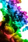 Acrylfarben und Tinte im Wasser Entziehen Sie Feldhintergrund Lokalisiert auf Weiß Stockbild