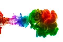 Acrylfarben und Tinte im Wasser Entziehen Sie Feldhintergrund Lokalisiert auf Weiß Lizenzfreie Stockfotos