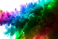 Acrylfarben und Tinte im Wasser Entziehen Sie Feldhintergrund Lokalisiert auf Weiß Stockfotografie