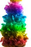 Acrylfarben und Tinte im Wasser Entziehen Sie Feldhintergrund Lokalisiert auf Weiß Stockfotos