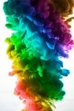 Acrylfarben und Tinte im Wasser Entziehen Sie Feldhintergrund Lokalisiert auf Weiß Lizenzfreie Stockbilder