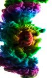 Acrylfarben und Tinte im Wasser Entziehen Sie Feldhintergrund Lokalisiert auf Weiß Stockfoto