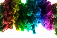 Acrylfarben und Tinte im Wasser Entziehen Sie Feldhintergrund Lokalisiert auf Weiß Lizenzfreie Stockfotografie