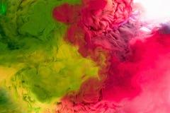 Acrylfarben und Tinte im Wasser lokalisierten Mehrfarbenhintergrund Buntes Lackspritzen entziehen Sie Hintergrund Lizenzfreie Stockfotos