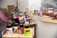 Acrylfarbennahaufnahme auf dem Tisch Lizenzfreie Stockfotos