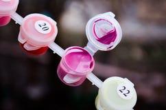 acrylique Acrylique rose Peinture rose Palette de couleurs Peinture pour le dessin Rose ouvert de peinture Un pot de peinture image stock