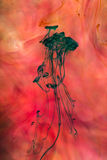 Acrylkleuren en inkt in water Stock Foto's